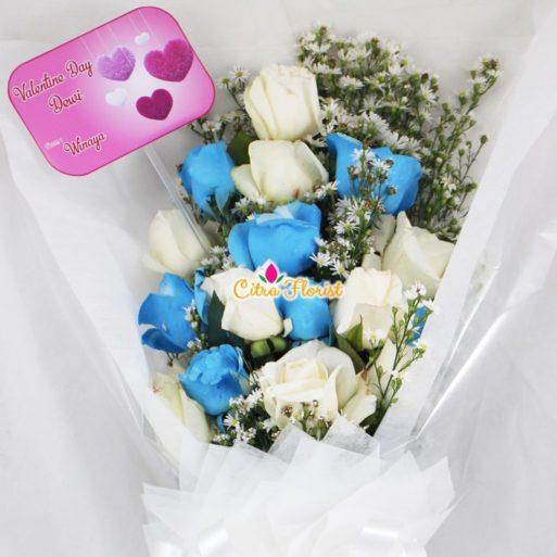 buket tangan mawar putih 7 biru 7 350k 2