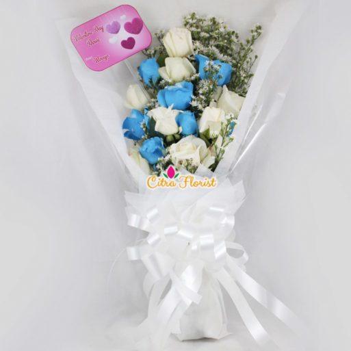 buket tangan mawar putih 7 biru 7 350k